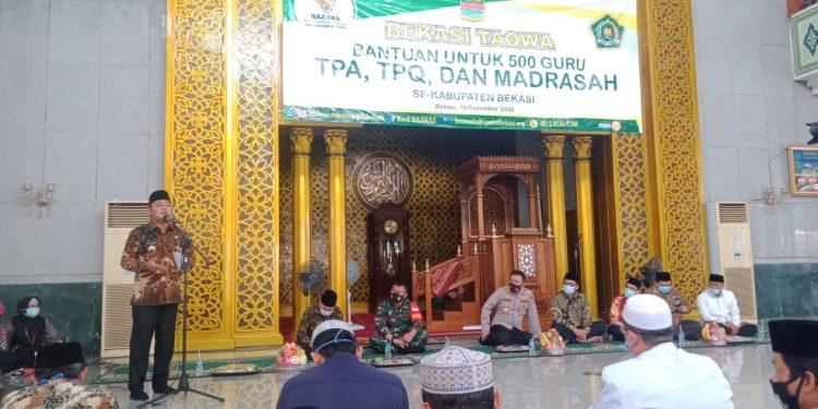 BANTUAN: Bupati Eka saat menghadiri penyerahan  bantuan dari Baznas Kabupaten Bekasi untuk para guru TPA/TPQ di Masjid Nurul Hikmah, Komplek Pemkab Bekasi, Cikarang Pusat, Kamis (10/12/20).