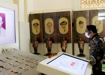 Bupati Bekasi Eka Supria Atmaja saat menandatangani Deklarasi Damai Pilkades Serentak 2021 bersama Forkopimda di Gedung Swatantra Wibawa Mukti, Komplek Pemkab Bekasi, Cikarang Pusat, Kamis (25/03/21). (Foto;dok)