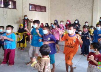 Kegembiraan anak-anak korban banjir di Desa Karangpatri Kecamatan Pebayuran saat mengikuti trauma healing dari Forum Anak Kabupaten Bekasi, Sabtu (27/02/21). (foto;dok)