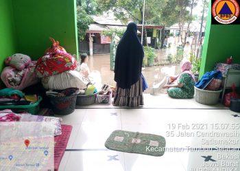 Sejumlah warga Desa Setia Mekar Kecamatan Tambun Selatan Kabupaten Bekasi yang terdampak banjir terpaksa mengungsi di Masjid Al Amin. Sementara waktu rumah mereka tidak bisa di tempati lantaran air masuk menggenang hingga ke dalam. Mereka bertahan hingga kondisi air kembali surut. (foto;dok)