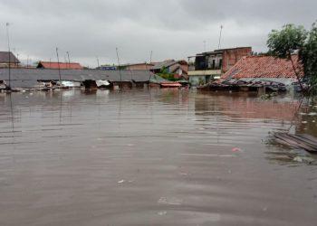Meski tidak di semua titik lokasi namun genangan air akibat tingginya curah hujan cukup mengkuatirkan. Tidak sedikit warga yang harus kehilangan harta dan benda karena ketinggian air sudah mencapai atap rumah. (foto;dok)